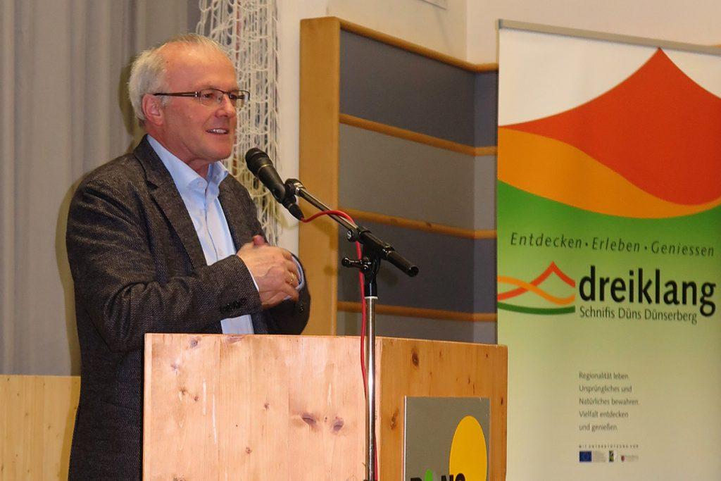 Reinhard Haller hält seinen Vortrag