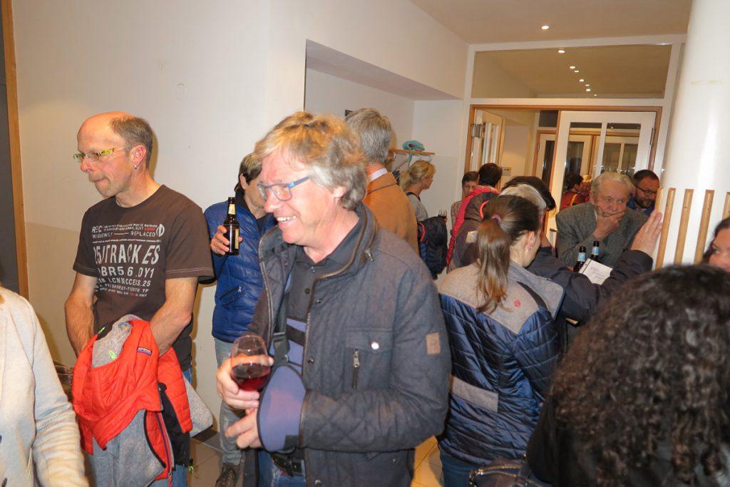 Gäste im Foyer - Umtrunk