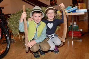 Junge Helfer und Heudeko