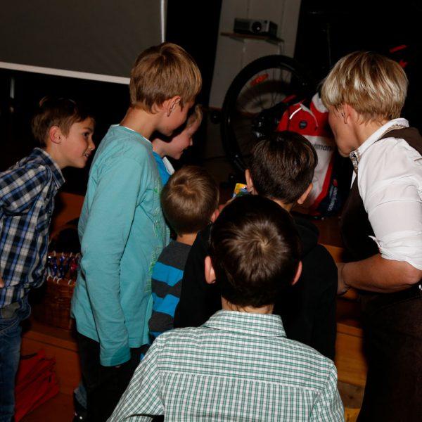 Kinder begutachten die Tombolapreise